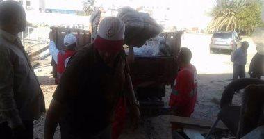 بالصور.. أهالى الغردقة يقدمون المساعدات لمدينة غارب بعد اجتياح السيول