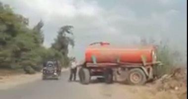 بالفيديو... إلقاء مخلفات الصرف الصحى فى ترعة أبو الأخضر بالشرقية