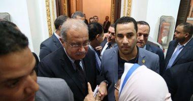 بالفيديو.. التفاف النواب حول رئيس الوزراء بعد خروجه من القاعة.. ويرد على مطالبهم: حاضر