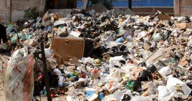 بالصور.. القمامة تغزو سور السكة الحديد بمحطة أم المصريين فى الجيزة