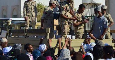بالصور..القوات المسلحة توزع 1400كرتونة مواد غذائية بسفاجا والقصير بالمجان