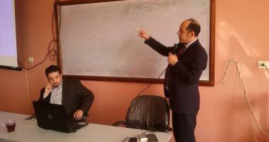 """بالفيديو والصور.. رئيس أكاديمية """"اليوم السابع"""" يحاضر لطلبة سياسة واقتصاد بنى سويف"""