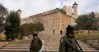 مستوطنون يرفعون أعلام إسرائيل على جدران الحرم الإبراهيمى