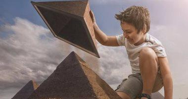 بالصور.. فنان يجعل ابنه يركب البساط السحرى ويزور الهرم بالفوتوشوب