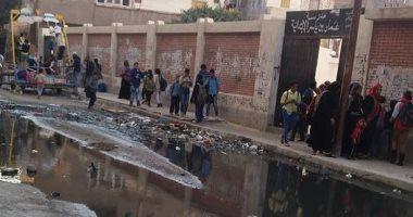 بالصور.. مياه الصرف الصحى تحاصر مدرسة ابتدائية فى الدخيلة بالإسكندرية