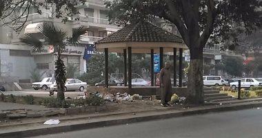 """قارئ ينتقد سلوكيات المواطنين بإلقاء القمامة بجسر السويس ويطالب بـ""""صناديق"""""""