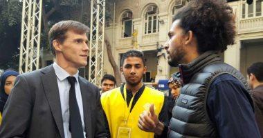 سفير بريطانيا ينشر صورة له مع عمر سمرة ويعلق: أول رائد فضاء مصرى قريبا