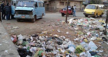 بالصور.. شوارع قليوب تغرق فى أكوام القمامة