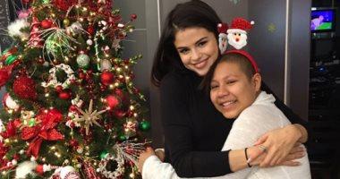 سيلينا جوميز وجينيفر لورانس تحتفلان بالكريسماس بزيارة مستشفي