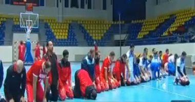 صلاة المغرب تجمع لاعبى سلة الأهلى والزمالك فى صالة الإسماعيلية