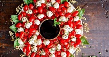 طريقة عمل سلطة الطماطم بالجبن الموتزريلا وصوص الخل البلسميك