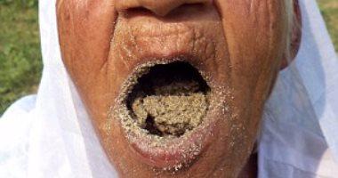 ..مسنة هندية-تأكل الرمل لمدة-اكثر من-60 عاما..وتزعم: جعلن