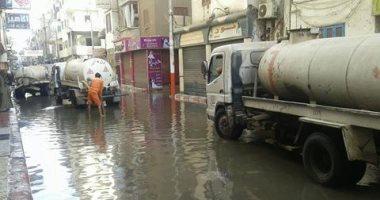 بالصور.. الدفع بـ6 سيارات لكسح المياه من شوارع نجع حمادى