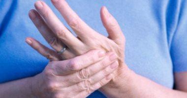 أستاذ مخ وأعصاب يكشف سبب الإصابة بتنميل اليدين والأطراف - اليوم السابع
