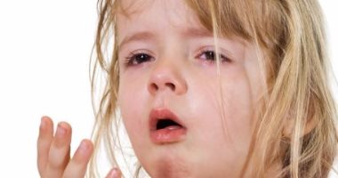 التعرض لرزاز العطس بين أطفال المدارس يصيبهم بالسخونة وآلام الحلق