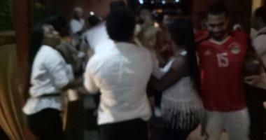 بالصور.. عاملات الفندق يرقصن مع لاعبى المنتخب احتفالا بالفوز