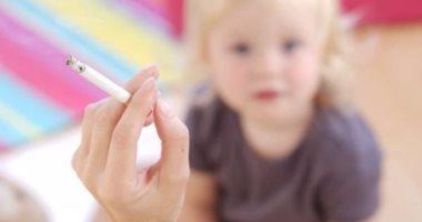 آثار التدخين تبقى فى أثاث المنزل وتعيق نمو الأطفال وتضعف مناعتهم