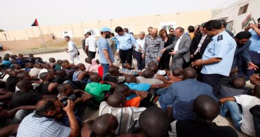 السلطات الليبية تلقى القبض على 164 مهاجرًا غير شرعى فى امساعد