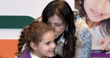 """داليا خورشيد تطبع قبلة على جبين أول طالبة تتبرع لدعم أنشطة """"تحيا مصر"""""""