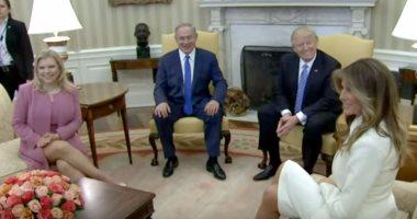 """ننشر فيديو لزوجة نتنياهو تنافس """"ميلانيا"""" بالكشف عن ساقيها أمام ترامب"""