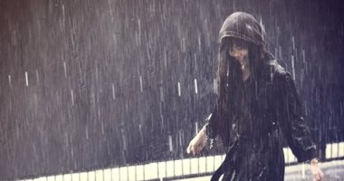 عشان يعيشوا جو رومانسى ..3 أبراج فلكية بتحب تمشى تحت المطر