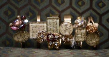 بالصور.. فتاة تصنع إكسسوارات من خطابات حب عمرها 70 عامًا تخص جدتها