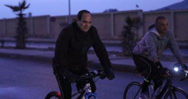 الرئيس يقود دراجته مع طلاب أكاديمية الشرطة فى التجمع.. انفراد بالفيديو والصور