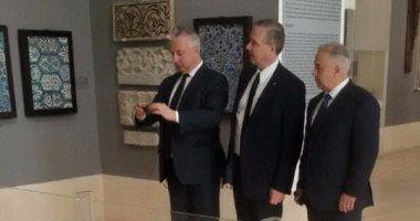 نائب رئيس وزارء المجر يحتفظ بصور تذكارية لمتحف الفن الإسلامى على تليفونه