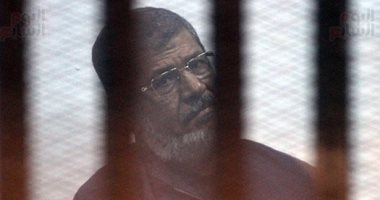 وفاة محمد مرسي العياط بعد إصابته بإغماء أثناء جلسة محاكمته بقضية التخابر