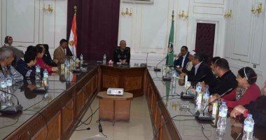 بالصور .. محافظ المنيا يستقبل 6 أسر قبطية قادمة من مدينة العريش
