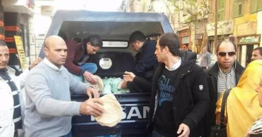 بالصور.. سيارات الشرطة توزع الخبز مجانًا على المواطنين بالإسكندرية