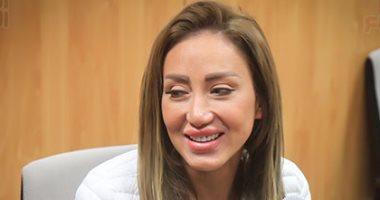 ريهام سعيد تغادر قسم السلام بصحبة طاقم الإعداد عقب إنهاء إجراءات الإفراج