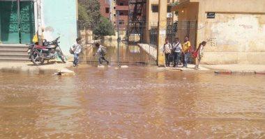 بالصور.. مياه الصرف الصحى تغرق شارع كلية التربية فى أسوان