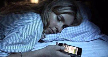 فيديو معلوماتى.. ابتعد عن موبايلك قبل النوم.. 4 أسباب تشجعك على القرار