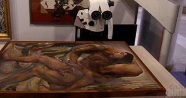 بالصور..  فحص بصمة لوحات السريالية المصرية قبل سفرها إلى كوريا الجنوبية
