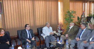 بالصور.. محافظ الإسماعيلية ورئيس جامعة عين شمس فى قافلة التنمية بالتل الكبير