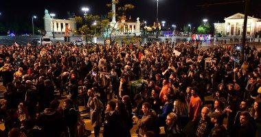 المئات يحتشدون أمام مقر الحزب الحاكم بالمجر تنديدا باعتداء على صحفية