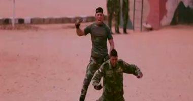 """بالفيديو.. الدسوقى رشدى يعرض تدريبات مقاتلى سلاح """"المظلات"""""""