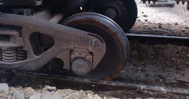بالصور.. قارئ يرصد خروج قطار بضاعة عن القضبان فى إمبابة