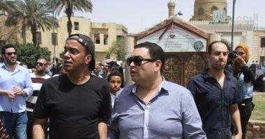 بالصور..محمد سعد والسقا وأحمد رزق ورامى إمام فى جنازة والدة شريف وعمرو عرفة