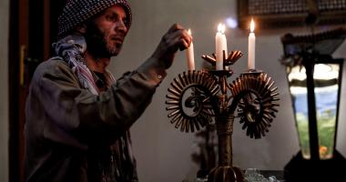 بالصور.. رغم الدمار فى بلاده رجل سورى يحول مخلفات الحرب لتحف فنية