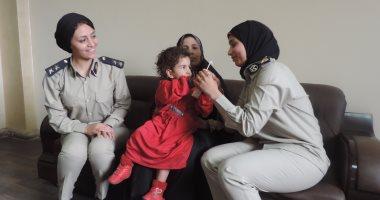 بالصور ..أمن القليوبية يسلم طفلة عثر عليها أحد أهالي شبين القناطر لأسرتها