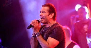 """عمرو دياب يقدم أغنية جديدة بحفل """"كايرو فيستيفال"""" والجمهور يهديه باقة ورد"""