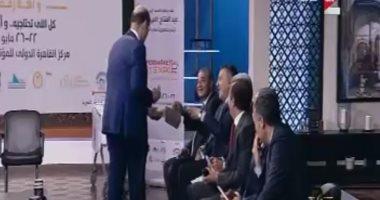 عمرو أديب يوزع بسكويت من معرض سوبر ماركت وأهلا رمضان.. والمصيلحى مازحا: مؤمن