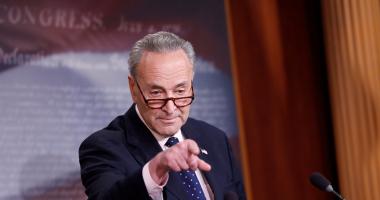 بالصور..زعيم الديمقراطيين بمجلس الشيوخ الأمريكى: إقالة مدير
