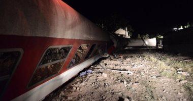 بالصور..خروج قطار ركاب عن القضبان فى اليونان.. وسيارات الإطفاء تهرع لمكان الحادث
