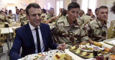 """بالصور.. """"ماكرون"""" يتناول الطعام فى """"ميز"""" القوات الفرنسية بأفريقيا"""