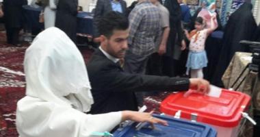 بالصور.. عروسان إيرانيان يدليان بصوتيهما فى الانتخابات الرئاسية الإيرانية
