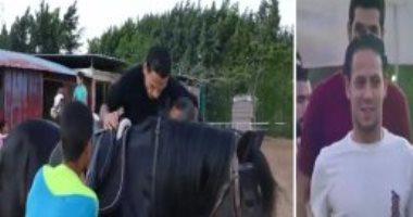 """بالفيديو..إبراهيم صلاح لشوقي السعيد أثناء ركوبة الخيل """"دا مش حمار فالبلد"""""""