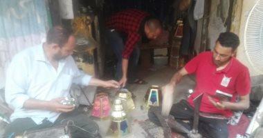 بالفيديو والصور.. صناع فوانيس بنى سويف: منتجنا أمتن من الصينى.. والنجمة أشهر الأنواع